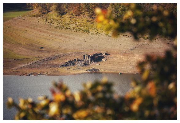 Reste der 1755 errichteten Bericher Hütte tauchen bei Niedrigwasser aus der Edertalsperre auf, hier wurde bis 1875 Adorfer Eisenerz verhüttet