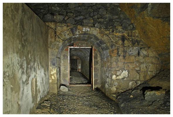 Ausgang des Stollens in die Abbauweitungen, links die verputzte Rückseite der zu DDR-Zeiten gesetzten kleinen Ziegelwand