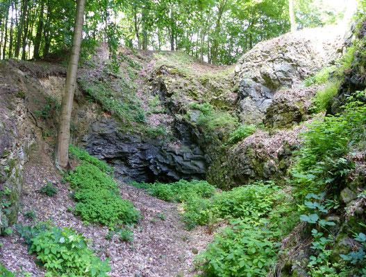 Unterhöhlung im oberen Bereich des Steinbruchs
