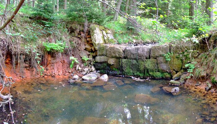 Eisensinter an der Brdlavka-Quelle.