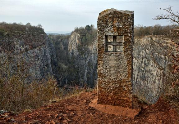 Denkmal für die politischen Gefangenen die nach 1945 in den Kalksteinbrüchen unter härtesten Bedingungen arbeiten mussten.