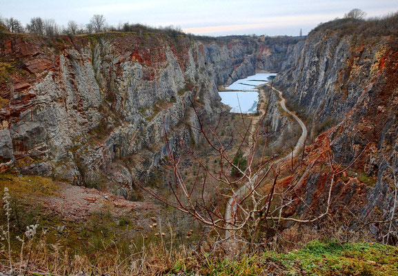 Blick in den Kalkbruch vom Aussichtspunkt an dessen nordwestlicher Ecke.