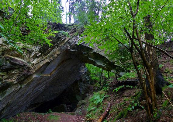 Ein Felsentor von 20 m Spannweite bildet den westlichen Zugang zur großen Abbaukammer des mittleren Steinbruchs.