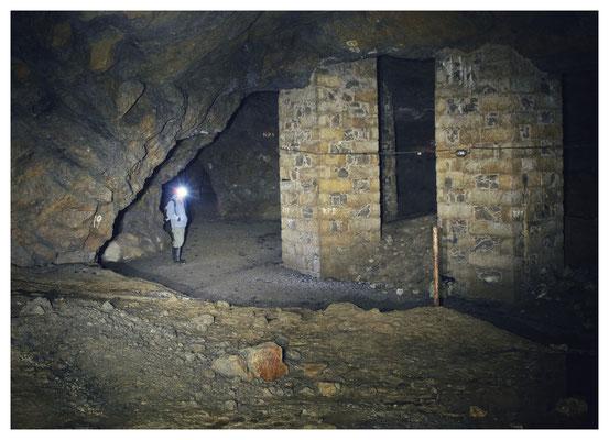 quer durch den östlichen und nördlichen Bereich der Grube ziehen sich mehrere Spannseile der Elektroinstallation aus DDR-Zeiten...