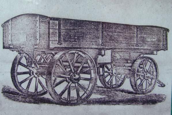 Die vom Locomobile gezogenen Wagen zum Kalktransport. (Quelle: Infotafel vor Ort)