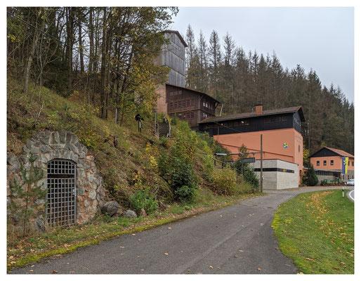 Blick auf die ehemalige Aufbereitung der Grube Christiane, im Vordergrund das Mundloch eines kleinen Zugangsstollens zum Vornsberg-Lager