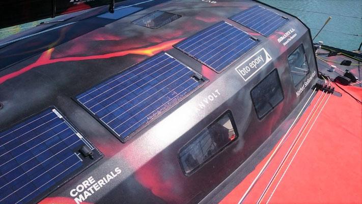 Die Segelyacht hat acht Solarmodulen der SOLARA M-Serie für die Versorgung mit Sonnenenergie. Zur Ergänzung gibt es zwei weitere mobile Solarmodule vom Typ SOLARA Power Mobil an Bord. Das Zusammen sind 644 Watt zur Solarstromversorgung der Segelyacht.