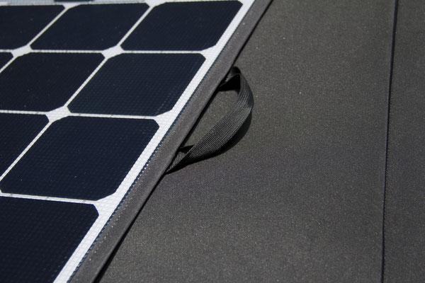 Praktischer Tragegriff vom SOLARA mobilen Solarmodul für den VW-Bus T5 oder T5 Camper. Alle Tests erfolgreich bestanden und auch unter extremen Witerungsbedingungen bewährt!