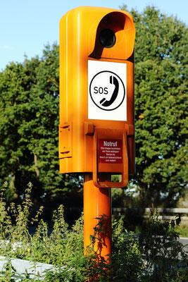 Notrufsäule an Autobahnen, Landstraßen im Gelände ohne Stromanschluss mit Solartechnik, Solarmodulen und Ladregler von Solara.