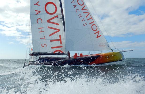 Die OPEN60AAL mit einem völlig neues Yachtbaukonzept. Ein Segelboot mit zukunftsweisender Solartechnik von SOLARA. Das bedeutet zuverlässige Stromversorgung dank Solarmodulen. Eine Solaranlage für härteste Belastungen auf See.