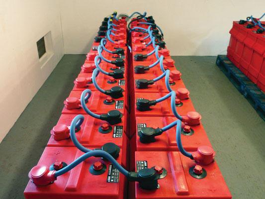 Batterie für Inselanlagen zur autarken Stromversorgung geladen mit Solartechnik, Laderegler und Solarmodulen von Solara