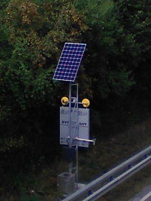 Autobahnschild zur Verkehrsführung mit Solaranlage - SOLARA Solarstrom für die zuverlässige Stromversorgung in entlegenen Gebieten!