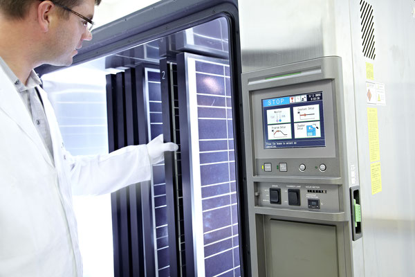 Klimatest des gesamten Solarmoduls zur Simulation extremer Klimabedingungen. Mit mehrerern tausend Temperatur- und Feuchtigkeitszyklen wird die langlebigkeit der SOLARA Module immer wieder getestet.