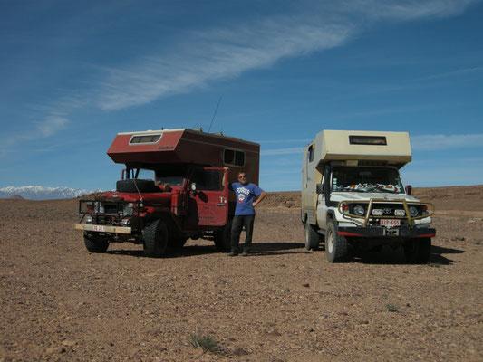 Solaranlage mit Solarmodul auf dem Dach vom off road Gelände Wohnmobil und Geländewagen Ideal zum Nachrüsten einfach aufgeschraubt. Die Solarmodule haben auch den Wüsten Test bestanden. Solaranlage mit so viel Leistung (Watt) und mehr Strom für off road.