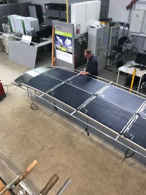 Das Besondere ist das Solardach mit Solarmodulen von SOLARA. Speziell für die Motoryacht Rapsody 29` wurden in einer leicht gebogenen Form in Längs- und Querschiff- Richtung Alu-Rechteckprofile montiert. Darauf wurden mit Sikaflex acht Solarmodule geklebt