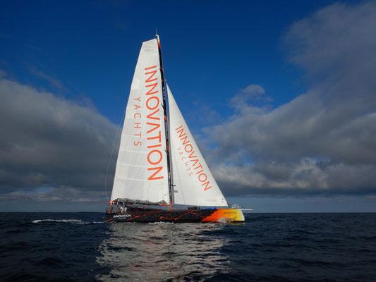 Dieses Segelboot mit einer optimalen Solaranlage von SOLARA ist für härteste Bedingungen konzipiert. Die Solarmodule sind dauerhaft an Bord befestigt. Dadurch sind die Solarpanele rutschsicher begehbar. Die Solarzellen garantieren höchste Erträge.