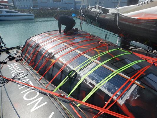 Insgesamt ist hate die Solaranlage eine Leistung von 644 Watt. Dies garantiert eine erhebliche Ladung der seiner Batterien durch die Solarmodule an Bord. Die Solarmodule werden einfach auf dem Bootsdeck aufgeklebt, wie auf dem Foto ersichtlich.