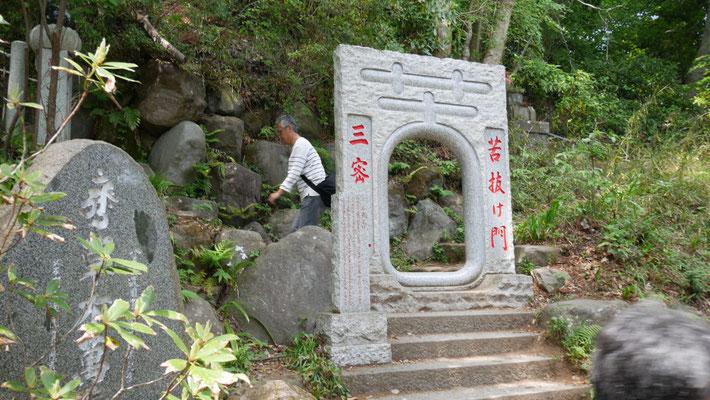 煩悩の階段の先には、さらなる階段が。先に何があるのかは、現地で確かめてください。