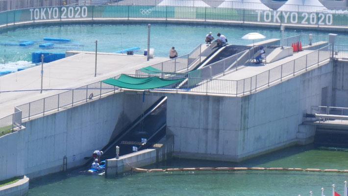選手たちは、コンベアにカヌーごと乗って、スタート地点に戻る構造になっています。