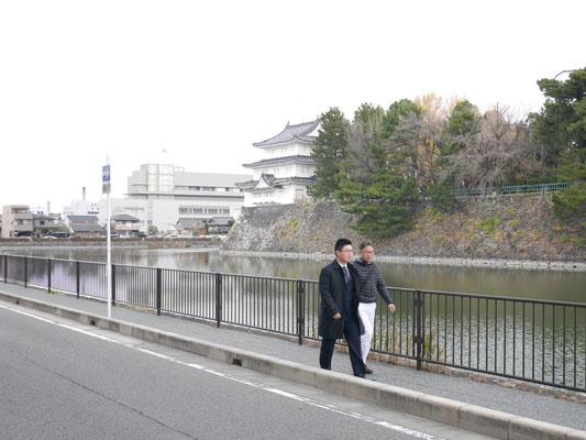 名古屋城の西側を歩く。背後に見えるのは西北隅櫓。