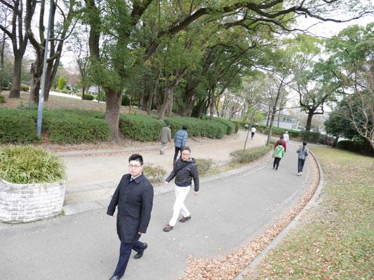 名城公園を歩く岩崎と松本。