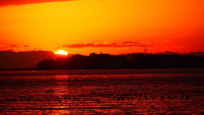知多半島に夕日が沈んでいきます。