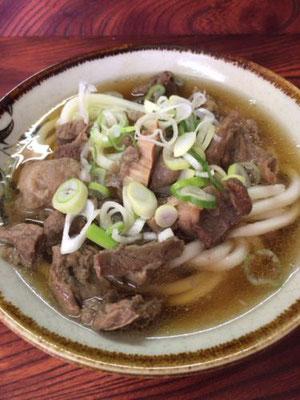 肉うどん。福岡県は、もともとはうどんが有名なんです。最近では、すっかりとんこつラーメンのイメージが先行していますが。