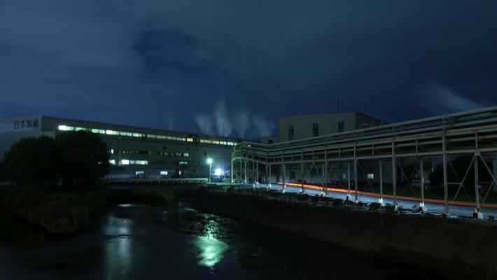 日本製紙。川沿いに長く伸びるパイプが特徴的です。
