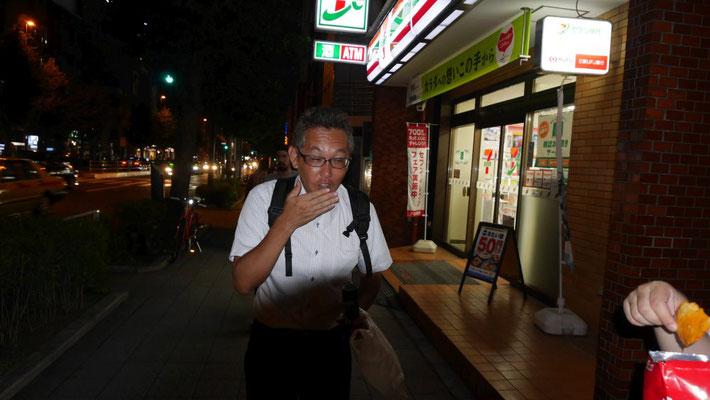 『メラメラ』を食べて悶絶する太田。