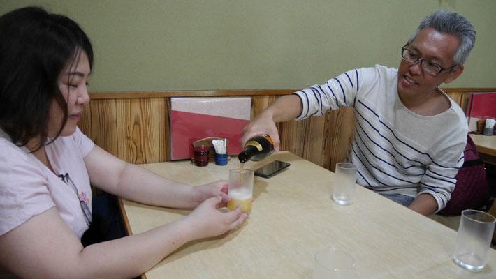 ある意味、今回おぢ散歩のMVPであるたまちゃんに、太田がビールを注ぎます。