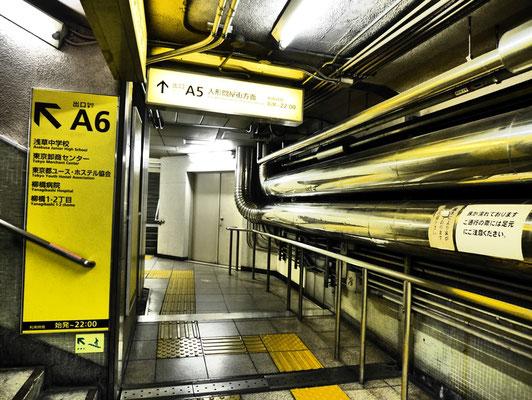 浅草橋駅の通路。ゴテゴテと露出したパイプが、昭和を感じさせます。