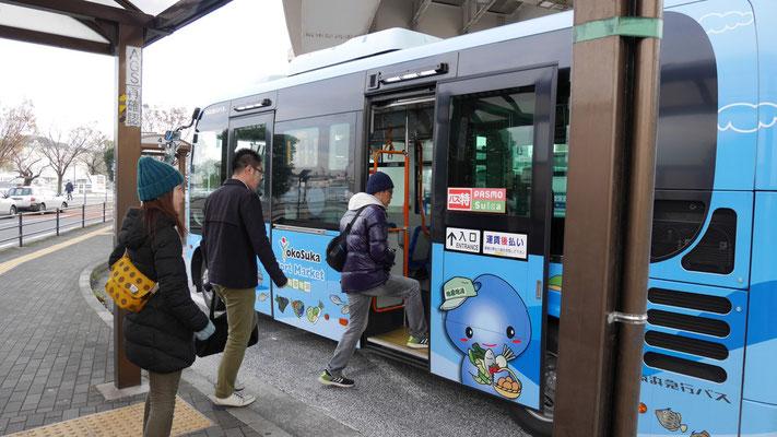 横須賀市内を周遊する三笠巡回バスに乗り込む一同。