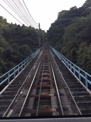 ケーブルカーが結ぶ山麓~山上の標高差は440m、結構な斜度であがります。