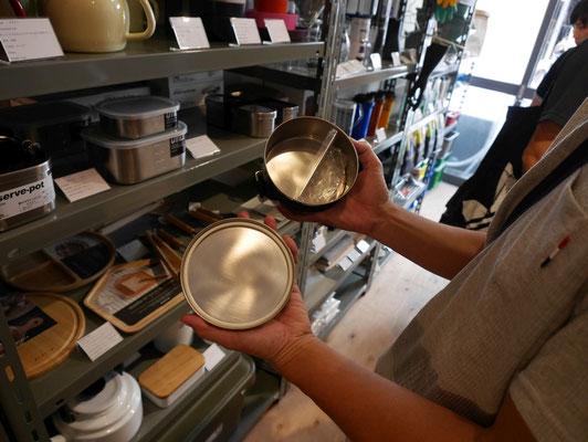 新潟県燕市の工房アイザワが作る、ステンレス弁当箱。とてもきれいです。(『WEEKENDER SHOP』にて)