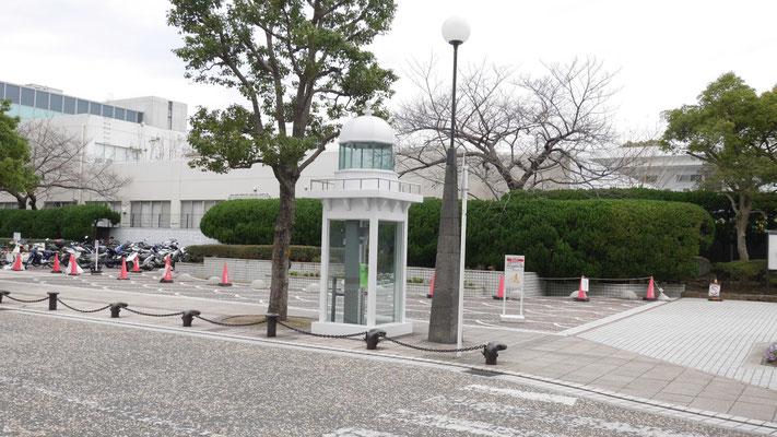 三笠公園近くの電話ボックス。灯台型です。