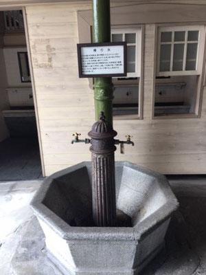 門司港駅構内の「帰り水」。駅開業当時からある水道で、戦前の海外旅行帰国者、終戦後の復員や引揚の人たちの喉を潤したことから、「帰り水」と呼ばれるようになったそうです。
