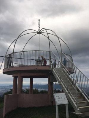 皿倉山山頂にある天空ドームは、恋人の聖地として有名です。夜には見事な夜景を愛でることができるそうです。