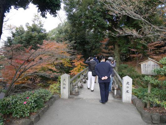 「虎の尾」と名付けられた渓谷にかかる橋。それ故に「虎仙橋」と呼ばれる。