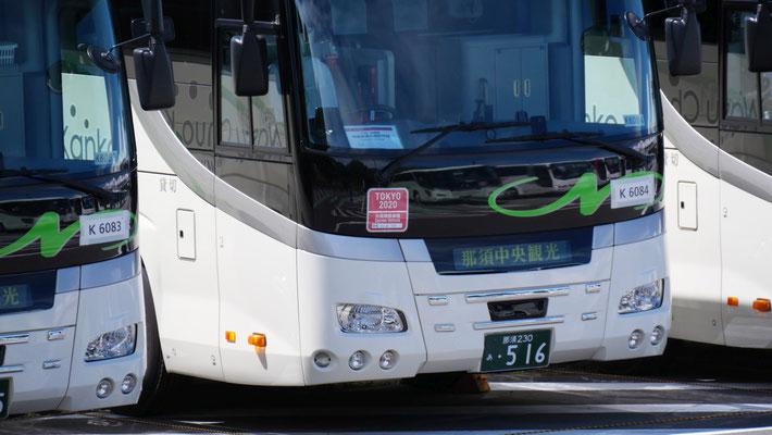オリンピックで活用されるバスには、TOKYO2020関係車両のステッカーが貼られています。このバスは栃木から来ていますね。
