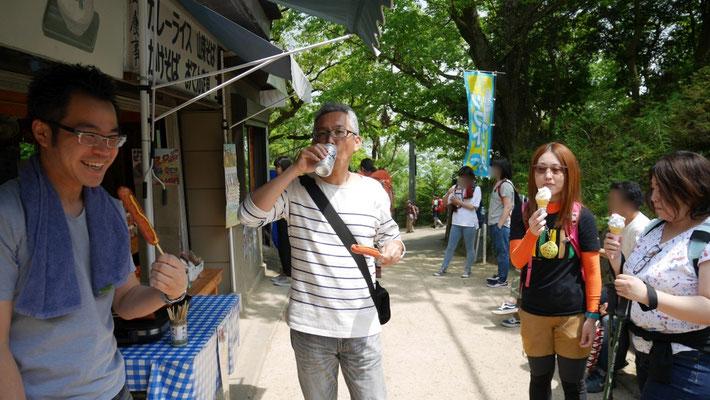 太田は、ビールとフランクフルト。美味そうに呑みますね。