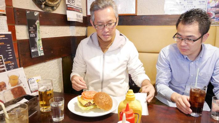 太田はネイビーバーガーを注文。