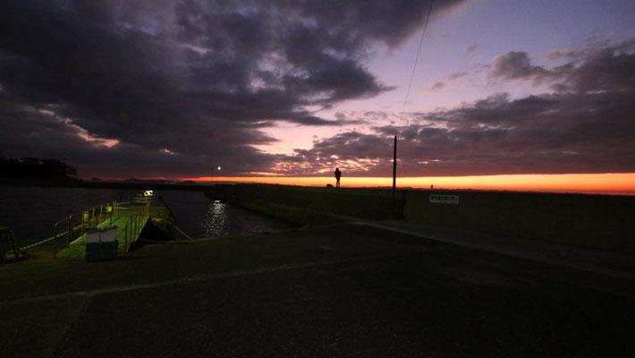 帰りのフェリーを待つ西港にて。他の釣り人たちが竿をたたむ中、この女性だけが釣りを続けていました。