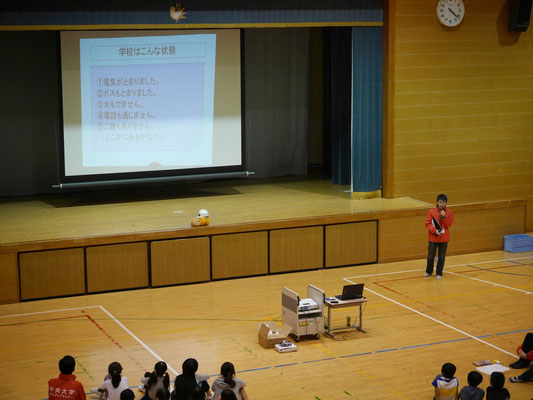 HUGゲームの状況設定を説明する中央大学ボランティアセンターの学生。
