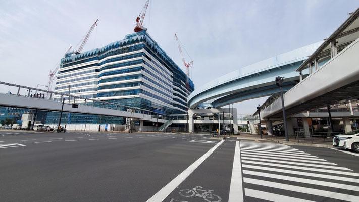 青果棟の向いには、オフィスビルが建設中です。