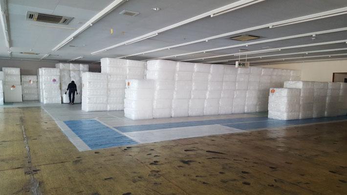 倉庫内に積まれた気泡緩衝材エアセルマット。