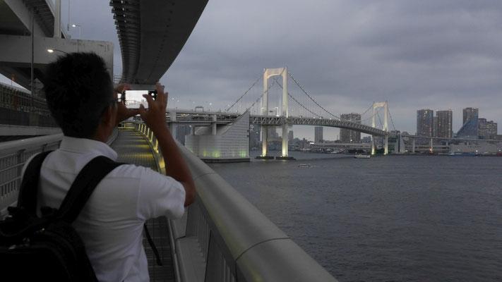 レインボーブリッジを撮影する太田。