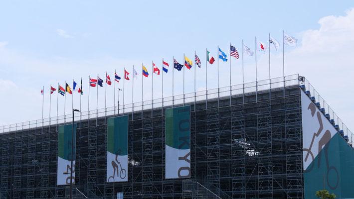 各会場には国旗が並んでいます。並びは、五輪旗、競技団体旗(※BMX会場では、UCI:Union Cycliste Internationale)、次に日本と各国の旗が並びます。