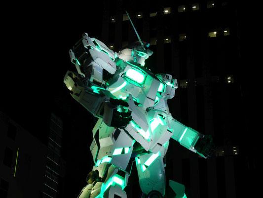緑の灯りをまとったユニコーンガンダム。