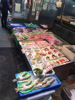 新鮮な魚も並びます。
