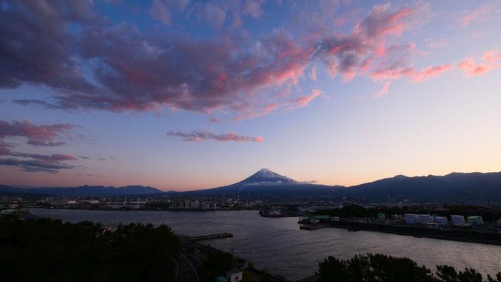 夜明けの富士山。ふじのくに田子の浦みなと公園の展望台「富士山ドラゴンタワー」から撮影しました。